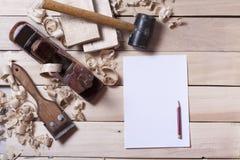 Outils de construction sur la table en bois avec la vue supérieure de lieu de travail de charpentier de menuisier de sciure Copie Images stock