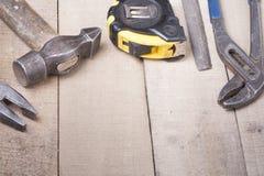 Outils de construction sur le fond en bois Copiez l'espace pour le texte Ensemble d'outil assorti de travail à la table en bois V Photos stock