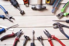 Outils de construction sur le fond en bois Copiez l'espace pour le texte Ensemble d'outils assortis de travail Vue supérieure Photographie stock libre de droits