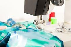 Outils de couture avec des fils de couleur Photographie stock libre de droits