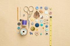 Outils de couture, boutons assortis, et ruban métrique Photo stock