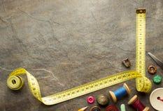 Outils de couture et bande de mesure sur la table Images stock