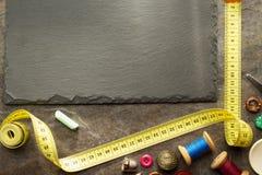 Outils de couture et bande de mesure sur la table Image libre de droits