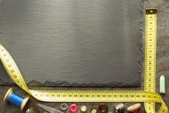 Outils de couture et bande de mesure sur la table Image stock