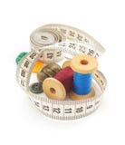 Outils de couture et bande de mesure sur le blanc Photographie stock
