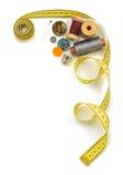 Outils de couture et bande de mesure sur le blanc Images libres de droits