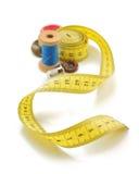 Outils de couture et bande de mesure sur le blanc Photo libre de droits