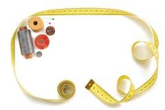 Outils de couture et bande de mesure sur le blanc Photo stock