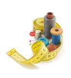 Outils de couture et bande de mesure sur le blanc Image stock