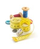 Outils de couture et bande de mesure sur le blanc Photos stock