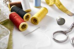 Outils de couture sur la vue élevée par fond de tissu Photographie stock