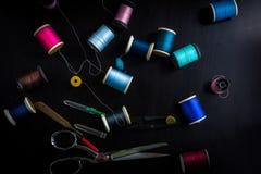 Outils de couture sur une table en bois Images stock