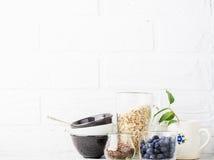 Outils de cuisine, planche à découper olive sur une étagère de cuisine contre un mur de briques blanc Foyer sélectif Photos stock