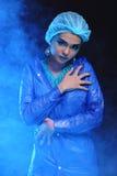 Outils de dentiste à disposition de dentiste Woman de mode dans la tonne bleue de couleur Images libres de droits