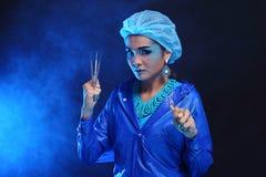 Outils de dentiste à disposition de dentiste Woman de mode dans la tonne bleue de couleur Photo libre de droits