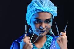 Outils de dentiste à disposition de dentiste Woman de mode dans la tonne bleue de couleur Photographie stock