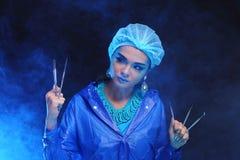 Outils de dentiste à disposition de dentiste Woman de mode dans la tonne bleue de couleur Photographie stock libre de droits