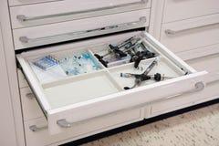 Outils de dentiste dans le tiroir 7 Photo stock