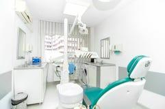 Outils de dentiste et chaise de dentiste Photographie stock libre de droits
