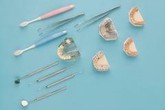 Outils de dentiste et prosthodontic Photographie stock libre de droits