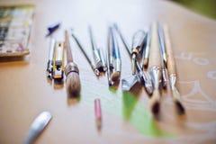 Outils de dessin, brosses, coupeur de papier Photos stock
