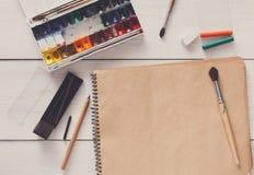Outils de dessin, stationnaires, lieu de travail d'artiste Images stock