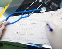 Outils de diagnostic médicaux dans le bureau de docteur photos libres de droits