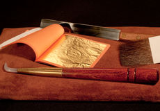 Outils de dorure et lame d'or Image stock