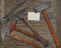Outils de forgeron et carte de visite professionnelle de visite au-dessus de banc Photographie stock