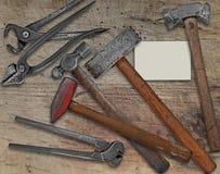 Outils de forgeron et carte de visite professionnelle de visite au-dessus de banc Photos libres de droits