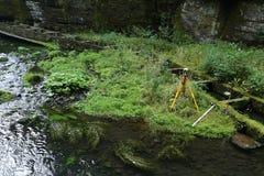 Outils de Geodesist en petite île de rivière Photographie stock libre de droits