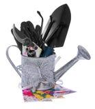Outils de jardin : boîte d'arrosage, cisaillements, épaule, petit râteau, gants Photos stock