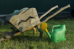 Outils de jardin Chariot et boîte d'arrosage en bois de jardin Placez pendant de bonnes vacances Images stock