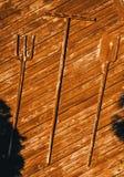 Outils de jardin du coup en bois sur un mur photographie stock