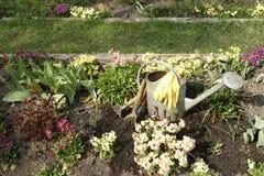 Outils de jardin parmi des fleurs de source Photos stock