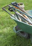 Outils de jardinage dans la brouette Photographie stock