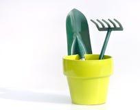 Outils de jardinage dans le bac jaune Photographie stock
