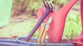 Outils de jardinage extérieurs dans le jardin Images stock