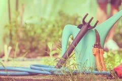 Outils de jardinage extérieurs dans le jardin Images libres de droits