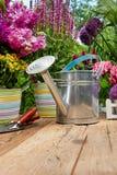 Outils de jardinage extérieurs sur la vieille table en bois Photos libres de droits