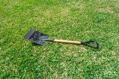 Outils de jardinage sur le fond vert d'herbe photos stock