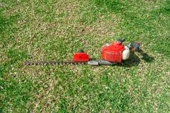 Outils de jardinage sur le fond vert d'herbe photo stock