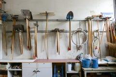 Outils de jardinage sur un mur photographie stock