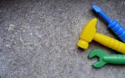 Outils de jouet sur le fond grunge gris photos stock