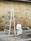 Outils de maçonnerie avec le mur photo stock