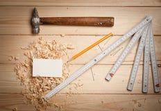 Outils de menuiserie sur le fond en bois de table avec Photo libre de droits