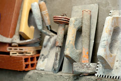 Outils de mortier de ciment de maçon de construction photo stock