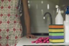 Outils de nettoyage de cuisine Femme nettoyant l'equ de ménage de cuisine images stock