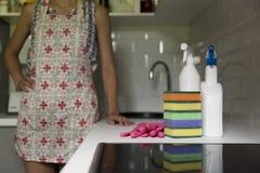 Outils de nettoyage de cuisine Femme nettoyant l'equ de ménage de cuisine photos libres de droits