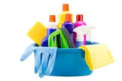 Outils de nettoyage dans le seau sur le fond blanc Photos stock